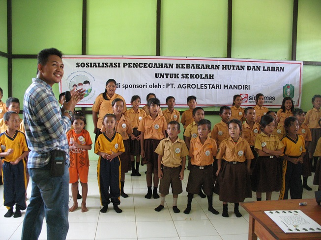 Our employee facilitating educational activities on fire prevention for school children at PT AMNL, West Kalimantan