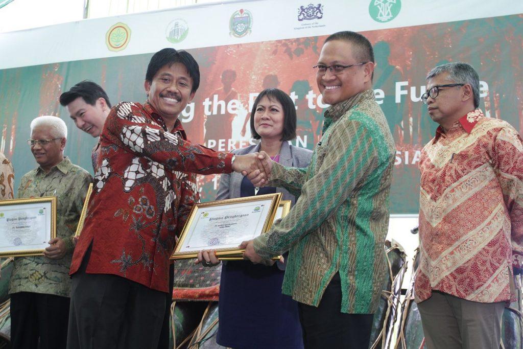 Dr. Haskarlianus Pasang, Head of Sustainability Policy and Compliance PT SMART Tbk., menerima sertifikat dari Pak Bambang, Direktur Jenderal Perkebunan – Kementerian Pertanian